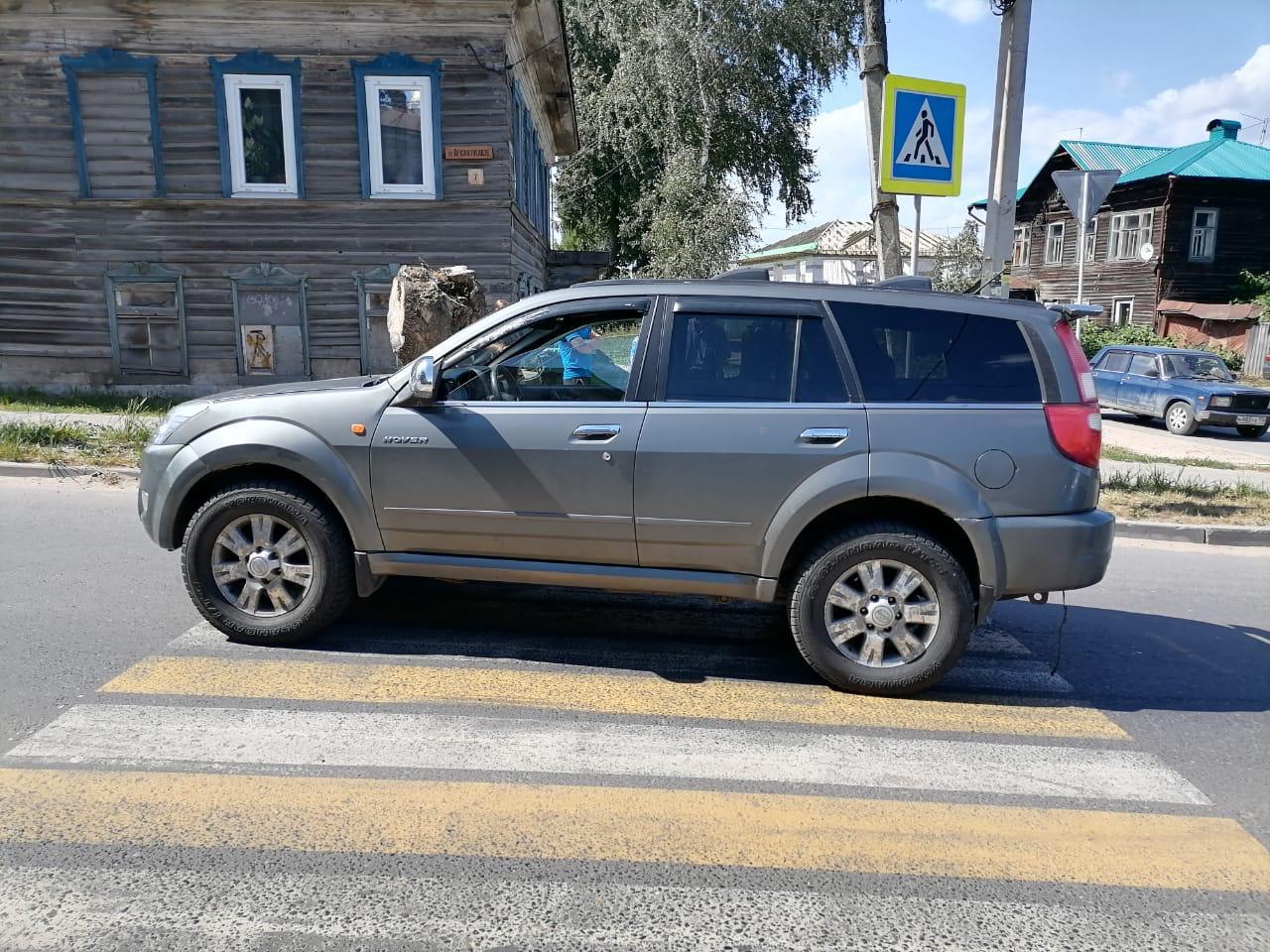 На пешеходном переходе в Тверской области машина сбила женщину