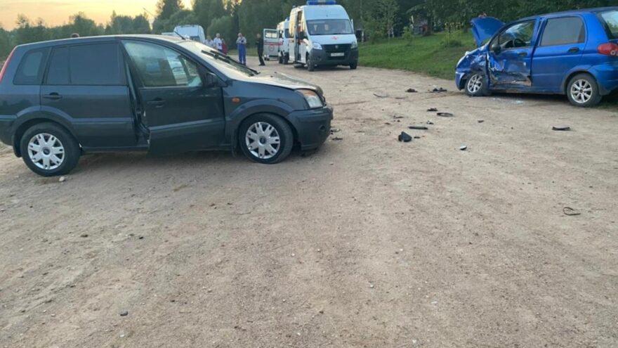 В деревне в Тверской области столкнулись два автомобиля