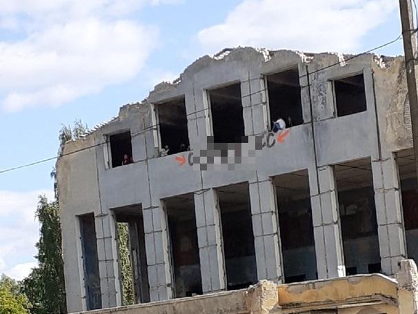 В Тверской области подростки рискуют жизнью, играя в разрушенном ДК