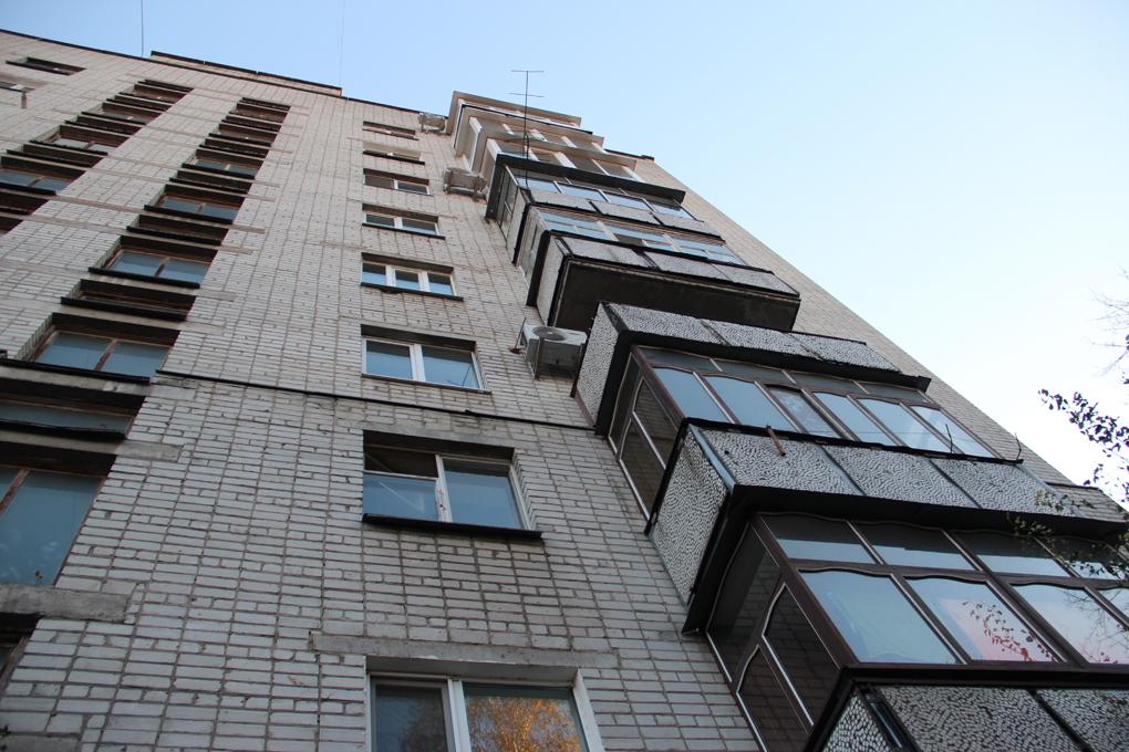 В Твери парень сорвался с балкона девятиэтажки и погиб