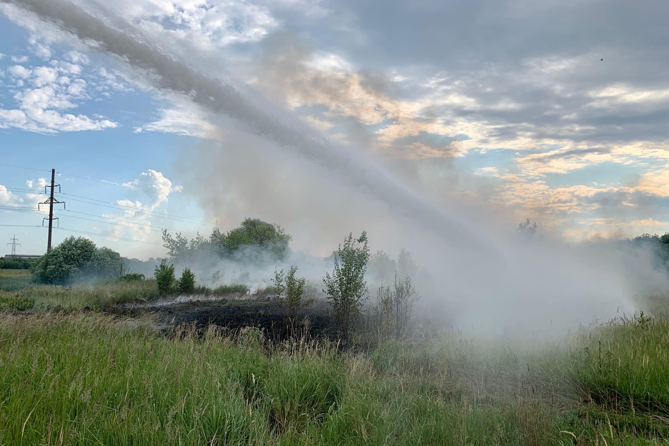 В Твери спасатели тушат загоревшееся поле