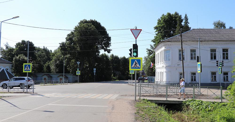 Новые светофоры включили в Торопце Тверской области