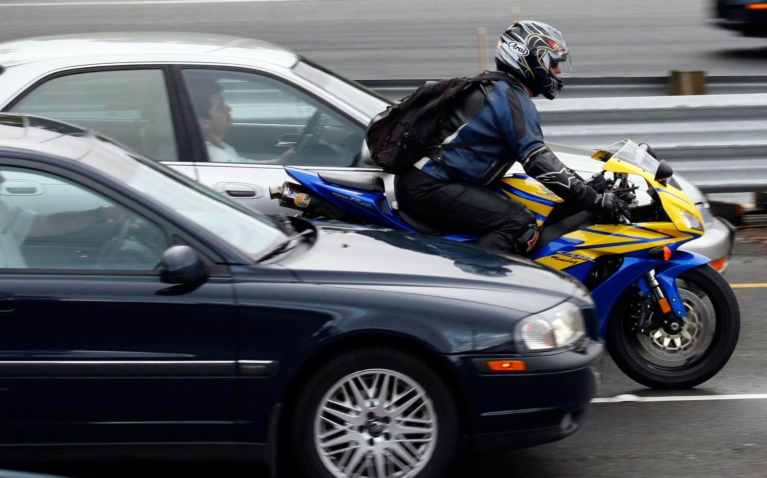 Тверским мотоциклистам могут запретить ездить между рядами машин