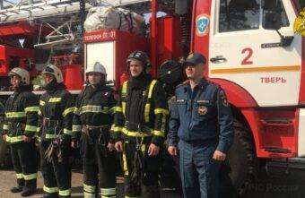 Пожарные спасли мужчину из горящей квартиры в Твери