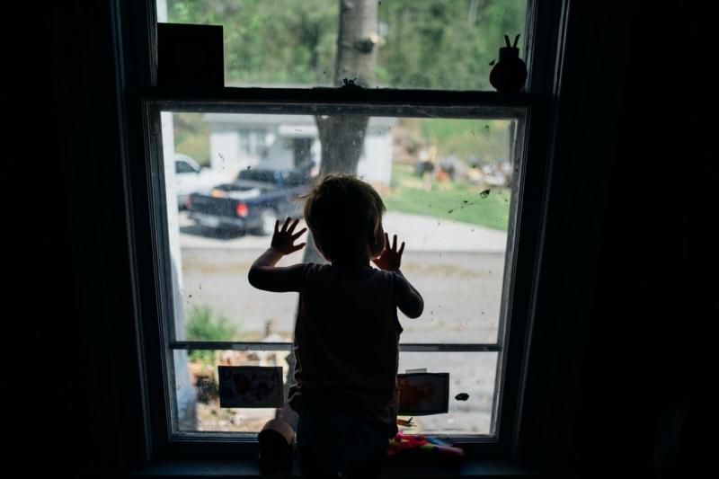 Маленький мальчик выпал из окна дома в Тверской области