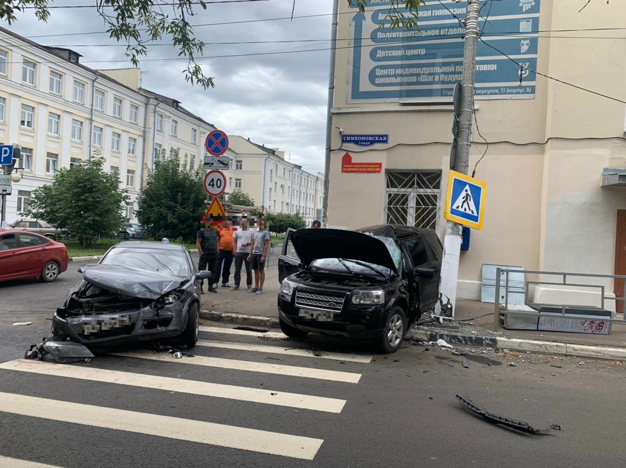 """Водитель """"Ленд Ровера"""" серьёзно пострадал после столкновения с """"Опелем"""" и столбом в Твери"""