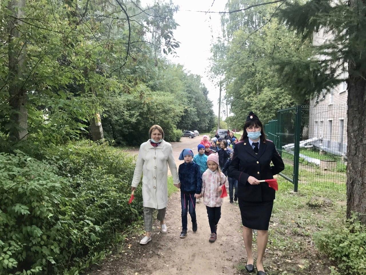 Дети из Лихославля гуляли по городу с инспектором ГИБДД