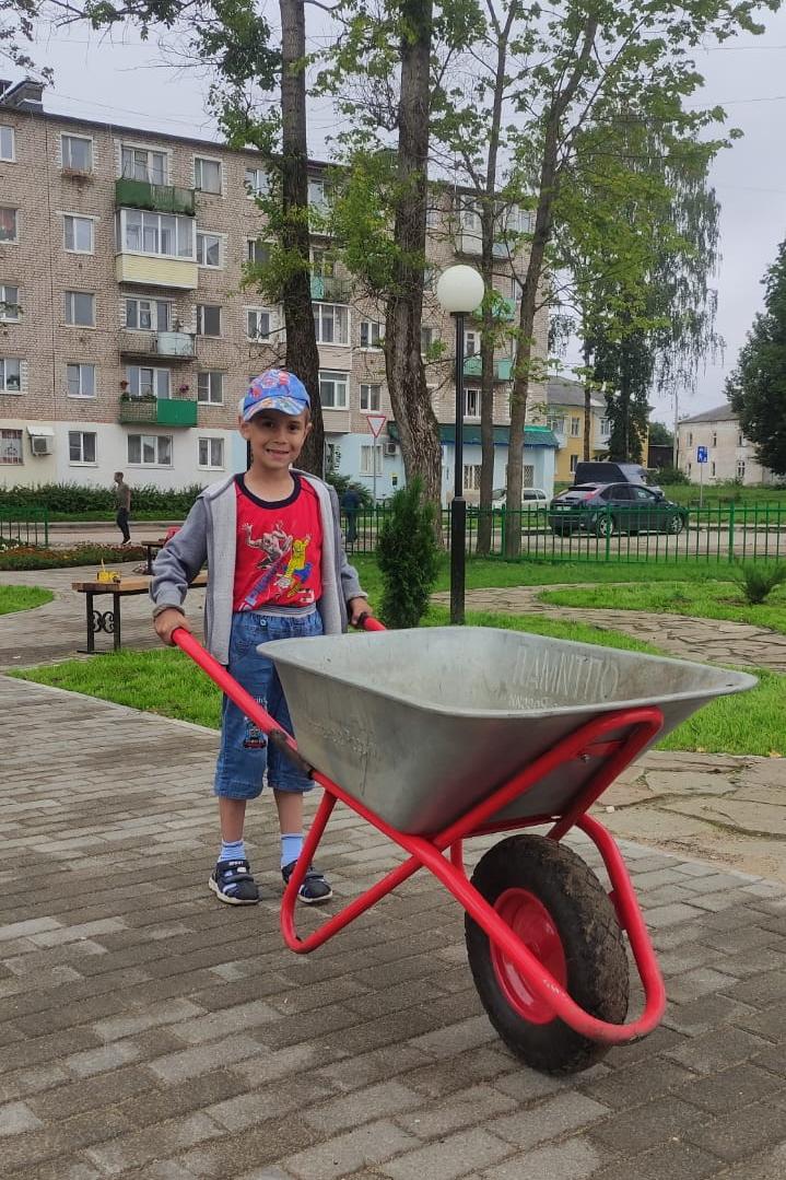Главным героем субботника в Тверской области стал маленький мальчик