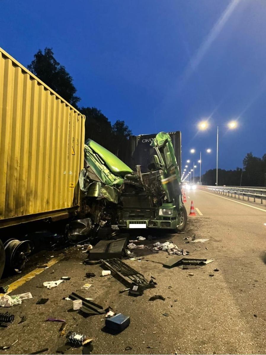 Две фуры столкнулись на обочине в Тверской области из-за уснувшего дальнобойщика