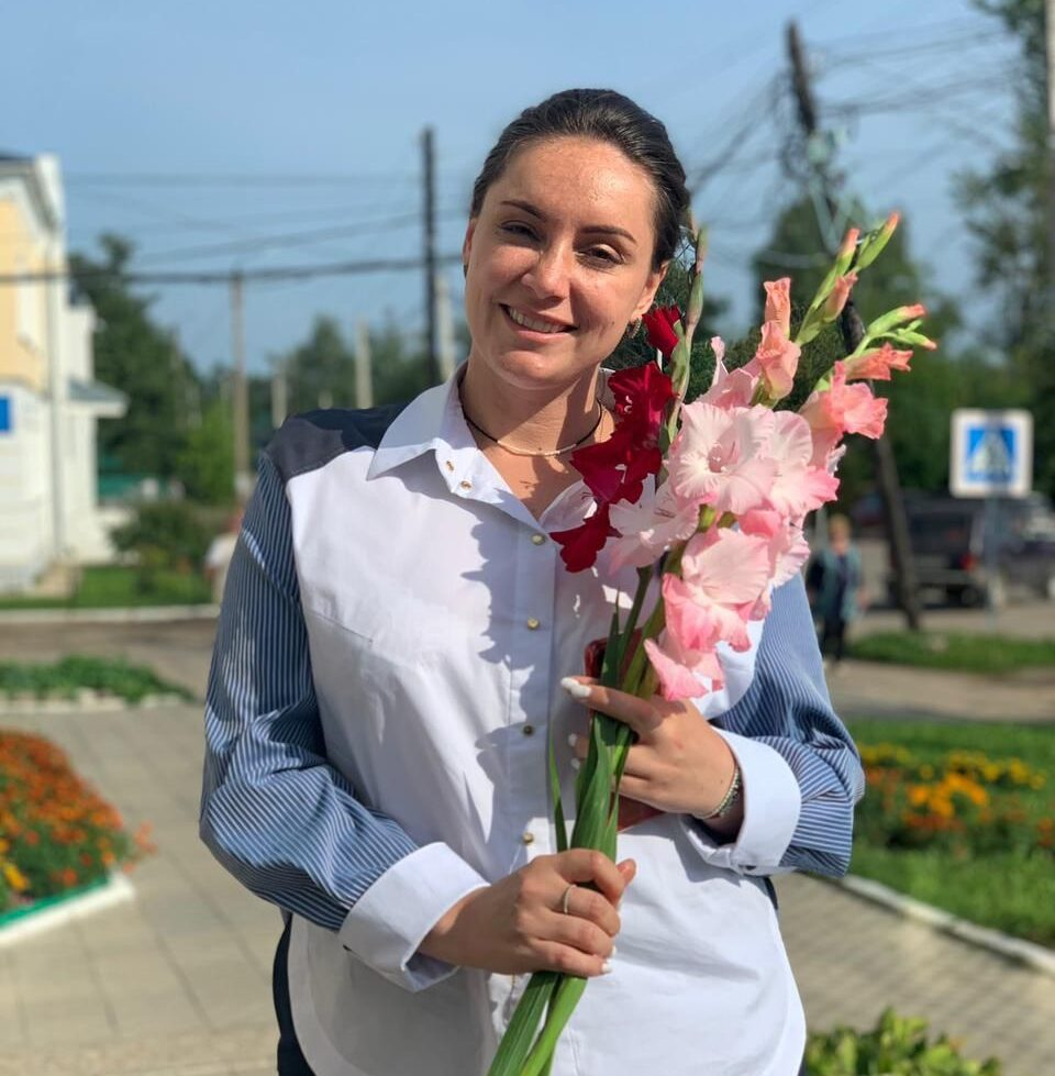 Цветы для победителя: в Сонкове активист-оппозиционер принес Юлии Сарановой букет гладиолусов