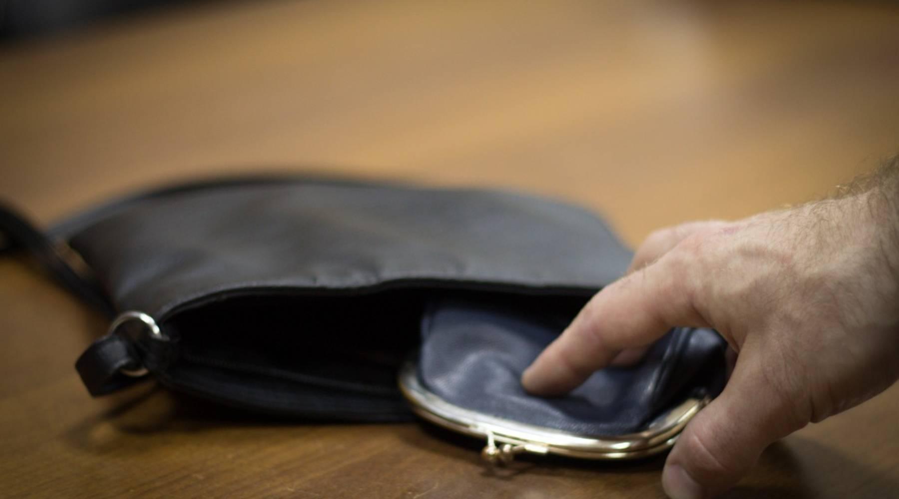 Коллега похитил у тверитянки кошелёк, пригласив к себе в гости