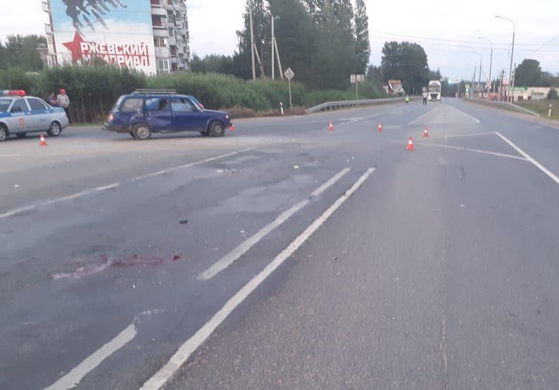 Мотоциклист и его пассажир получили множество переломов в аварии на тверской трассе