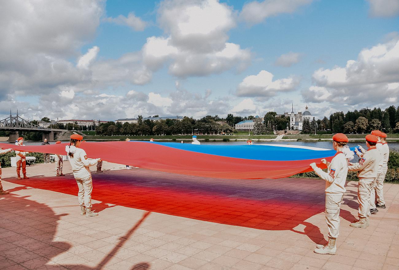 В Твери развернули 12-метровый флаг России
