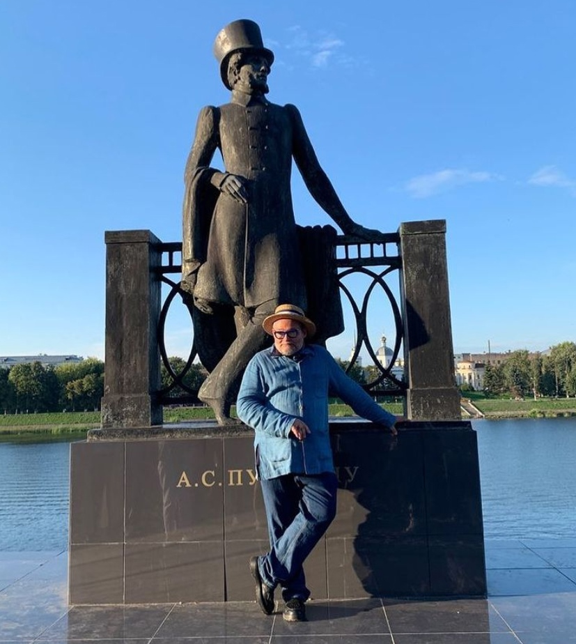 Историк моды Александр Васильев рассказал, что позировал для памятника Пушкину в Твери