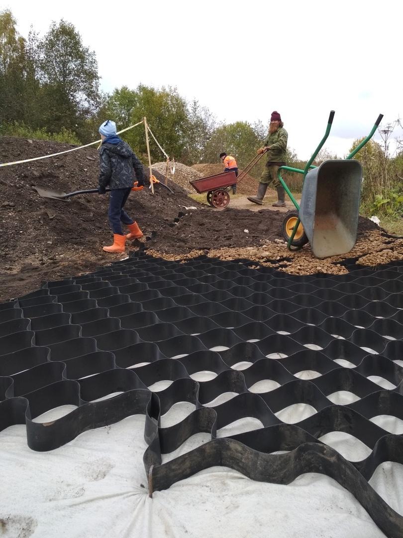 Москвичи коврами ремонтируют дорогу в тверской деревне и борются с трактористом
