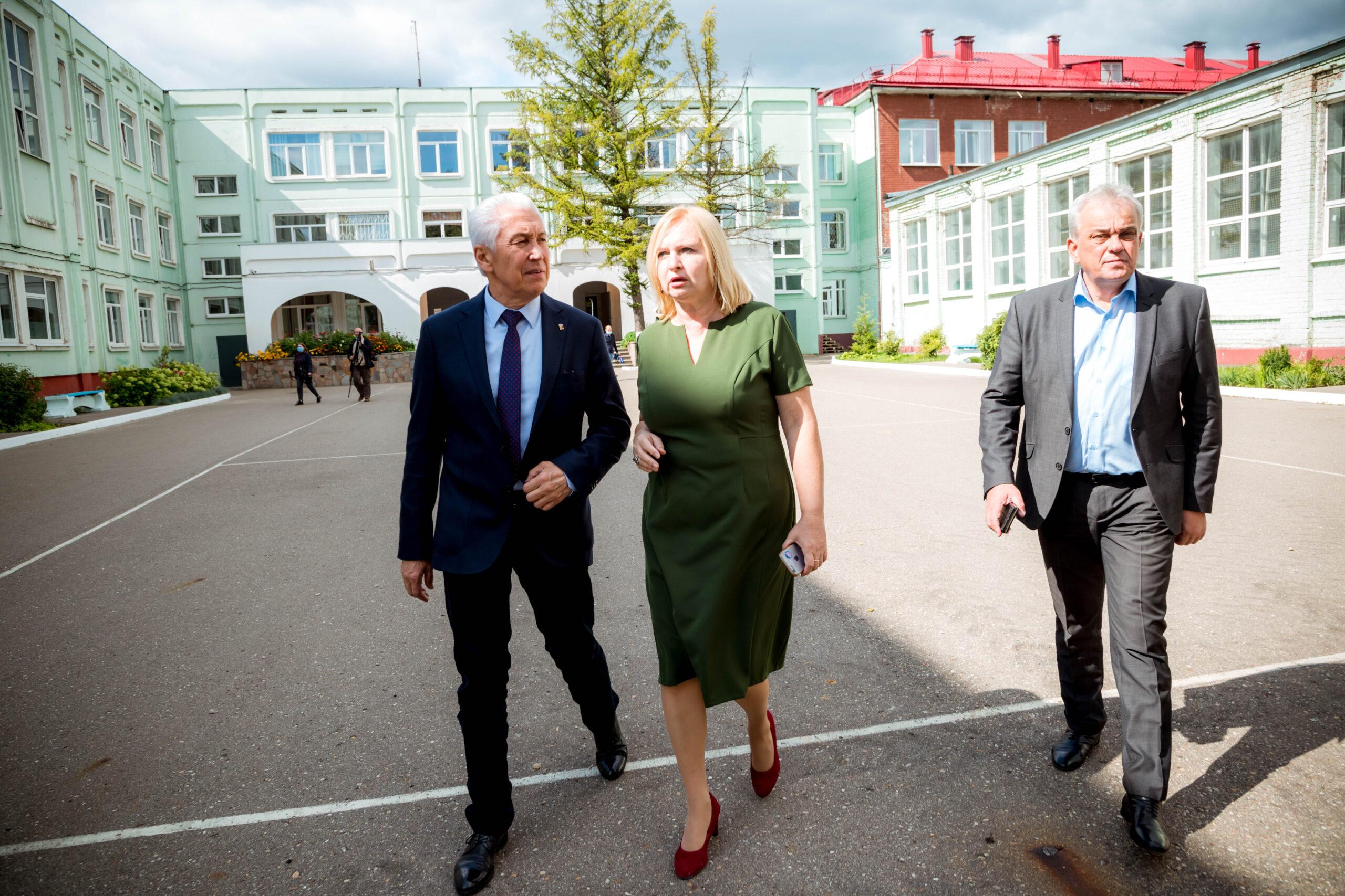 Владимир Васильев проверил, как тверская школа готовится к 1 сентября