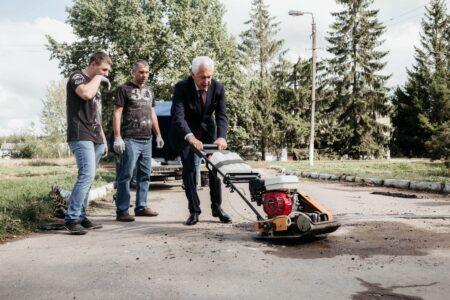 Путь без ухабов: Владимир Васильев и волонтеры Торжокского района продолжают проект «ЯМАМ-НЕТ.РФ»