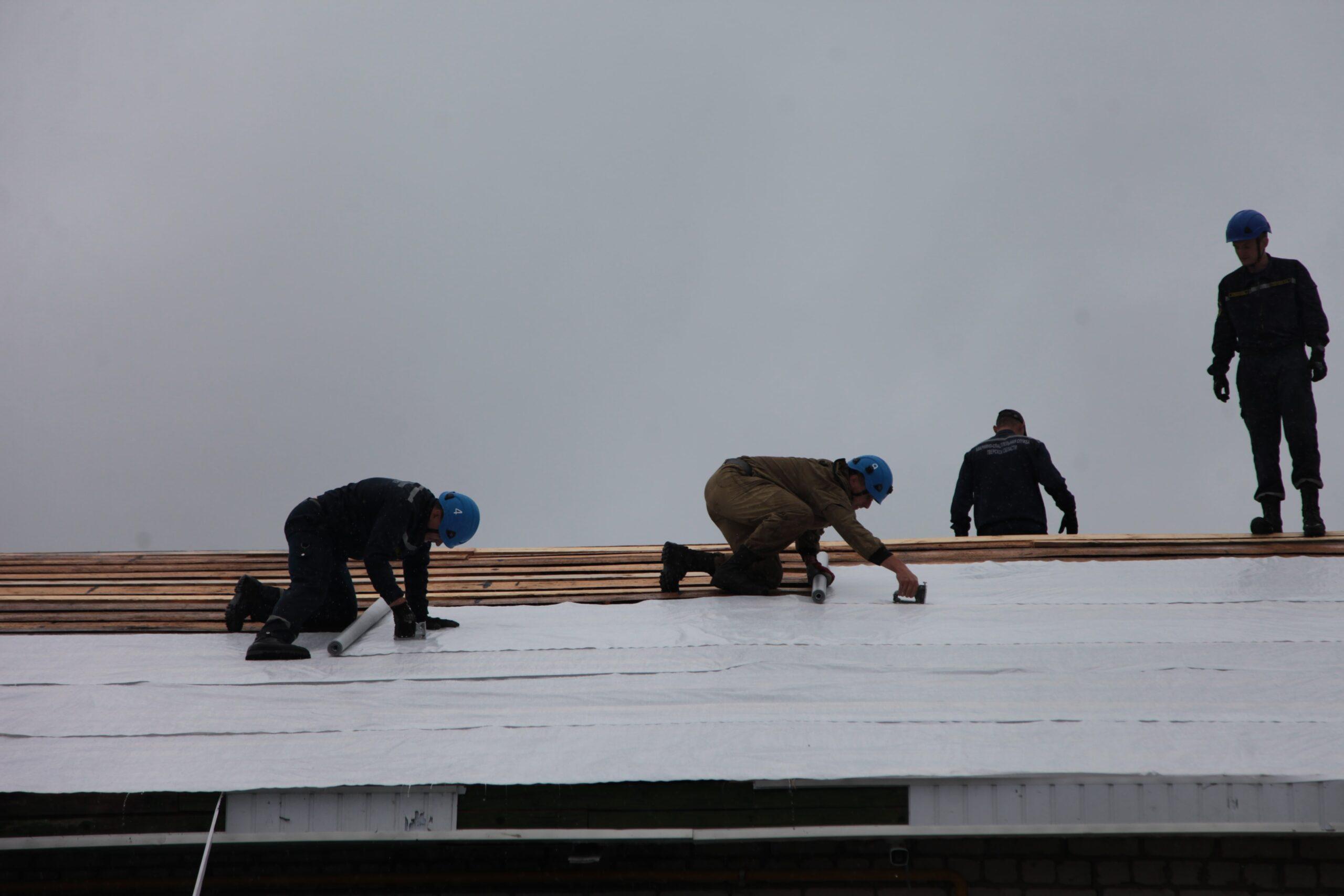 По поручению губернатора Игоря Рудени в Андреаполе помогают жителям, пострадавшим от урагана