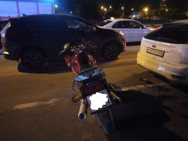 В Твери мотоциклист хотел проскочить между машинами и не успел