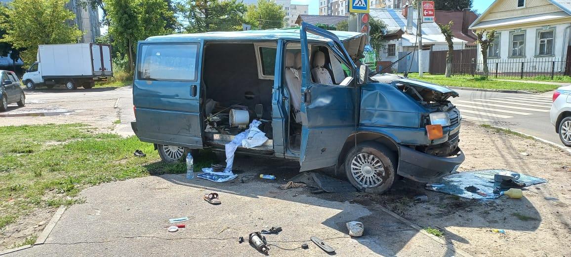Водитель микроавтобуса переломал рёбра в аварии на перекрестке в Твери