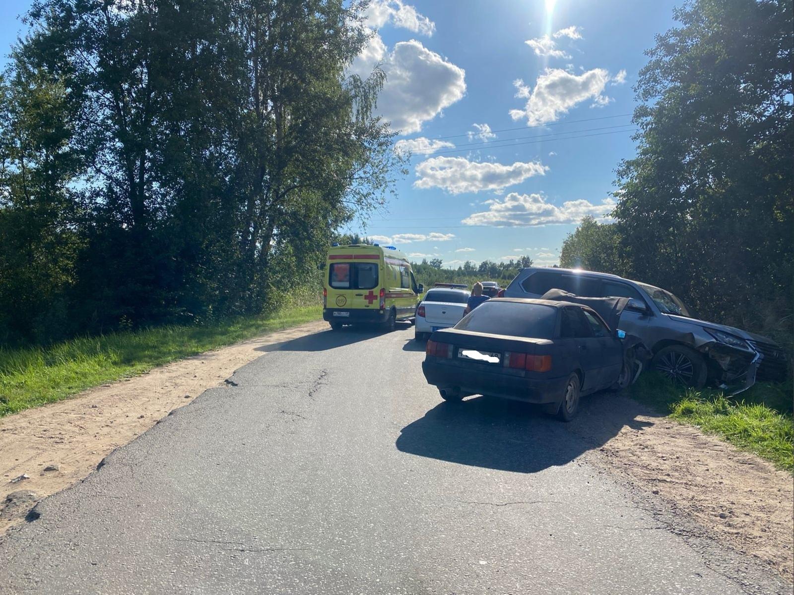 Под Тверью столкнулись Lexus и Audi: есть пострадавший