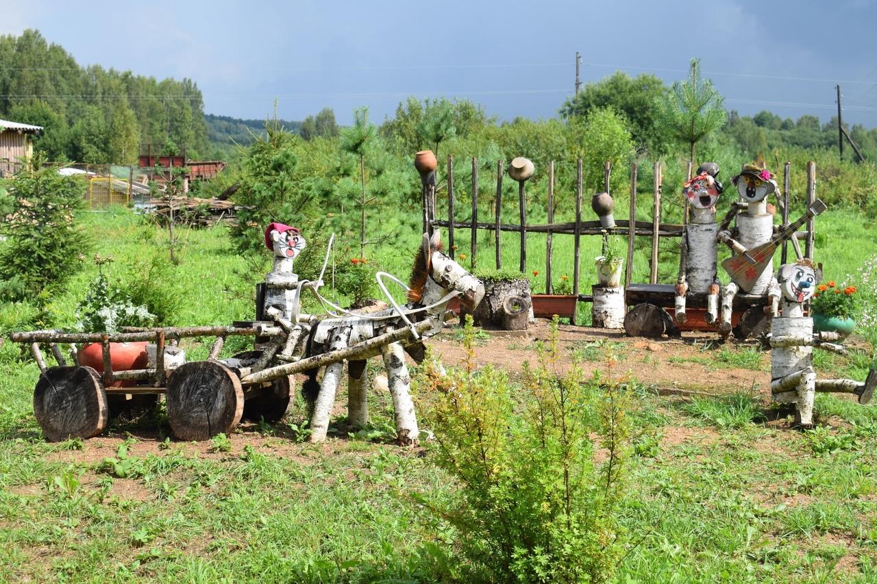 Жители деревни в Оленинском округе смастерили животных из дерева