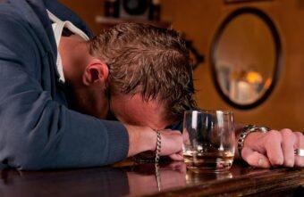 Отсидевший житель Тверской области напился и задушил приятеля