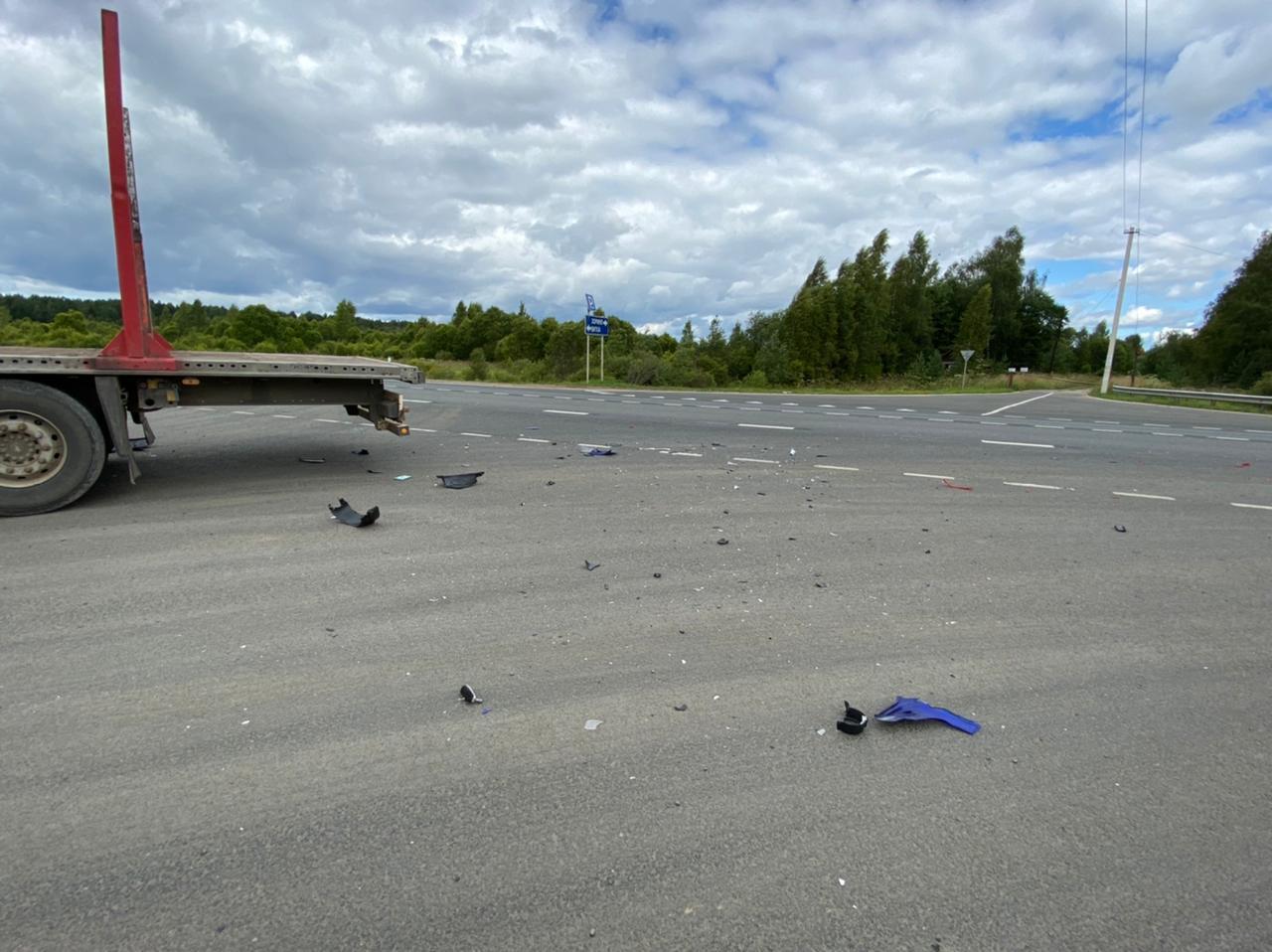 Мотоциклист-нарушитель сломал ноги в столкновении с КамАЗом в Тверской области