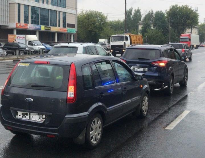 """Два человека пострадали в столкновении двух """"Фордов"""" в Твери"""