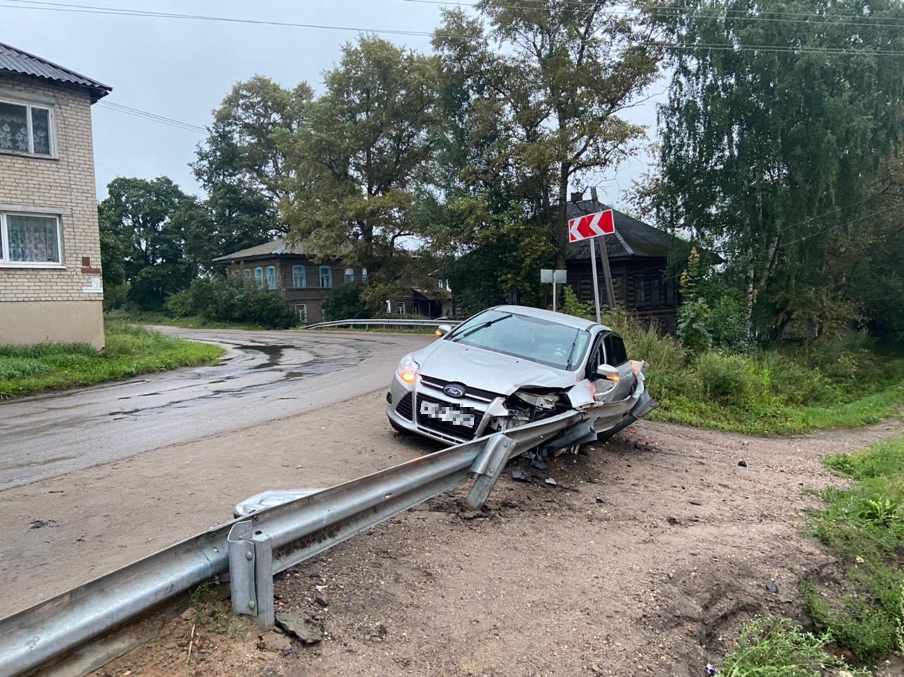 Иномарка наехала на отбойник в Тверской области, есть пострадавшая