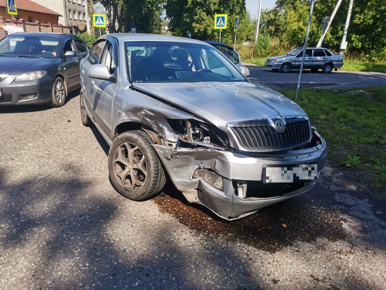Пожилой водитель получил травмы в столкновении на перекрёстке в Тверской области
