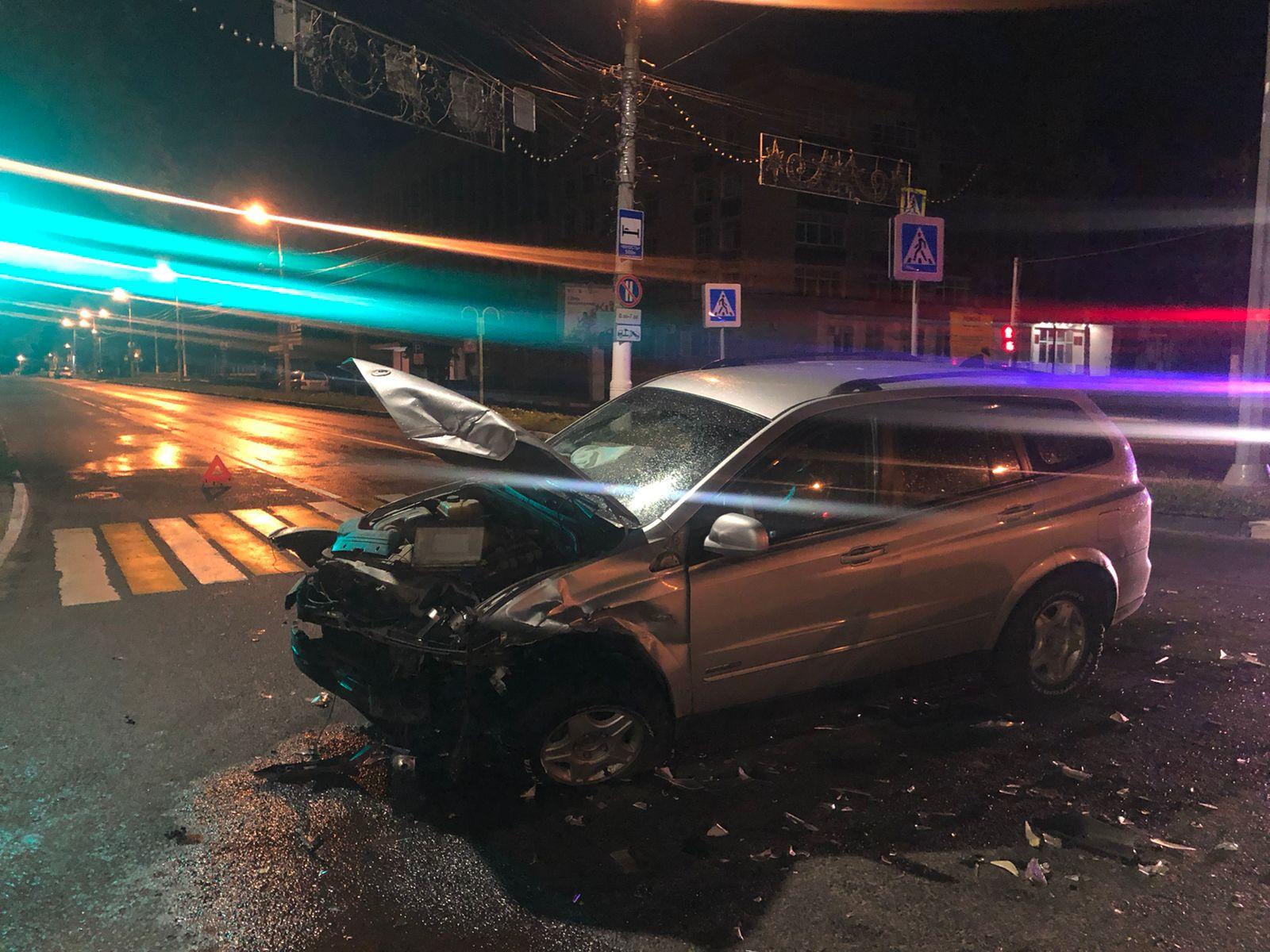 Молодой водитель и девушка-пассажирка пострадали в аварии в Твери