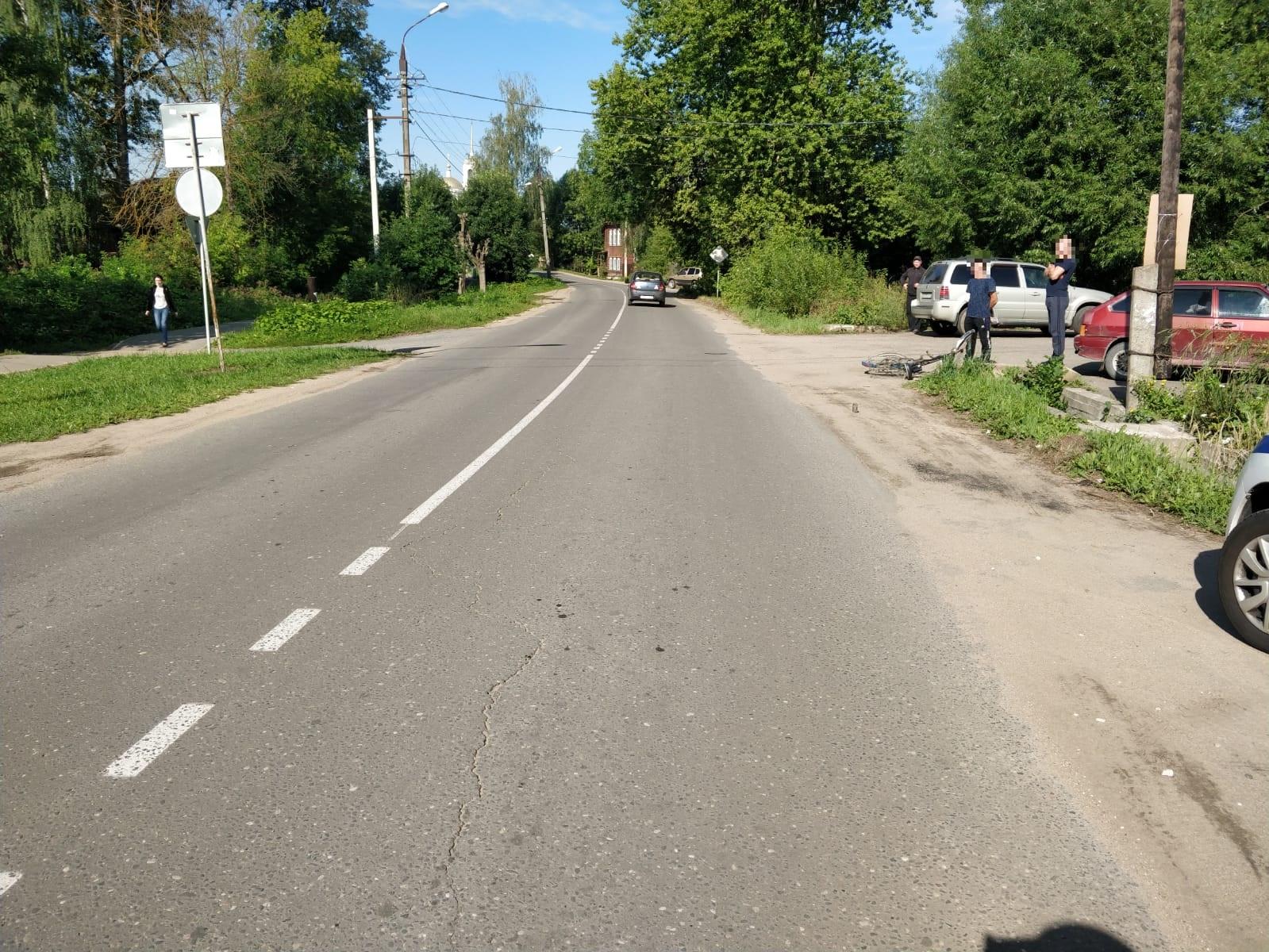 """В Тверской области велосипедист выехал на """"главную"""" и попал под колёса машины"""