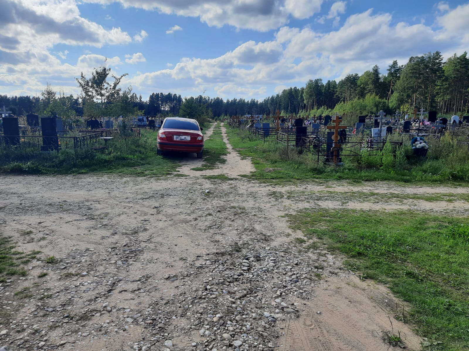Женщина попала под колёса иномарки на кладбище в Тверской области