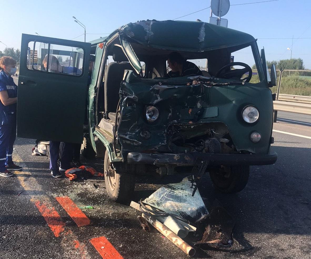 """УАЗ """"догнал"""" грузовик на М-10 в Тверской области, трое пострадали"""