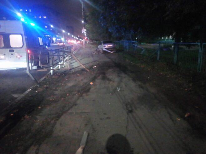В ночной аварии в Твери серьёзно пострадала 20-летняя девушка