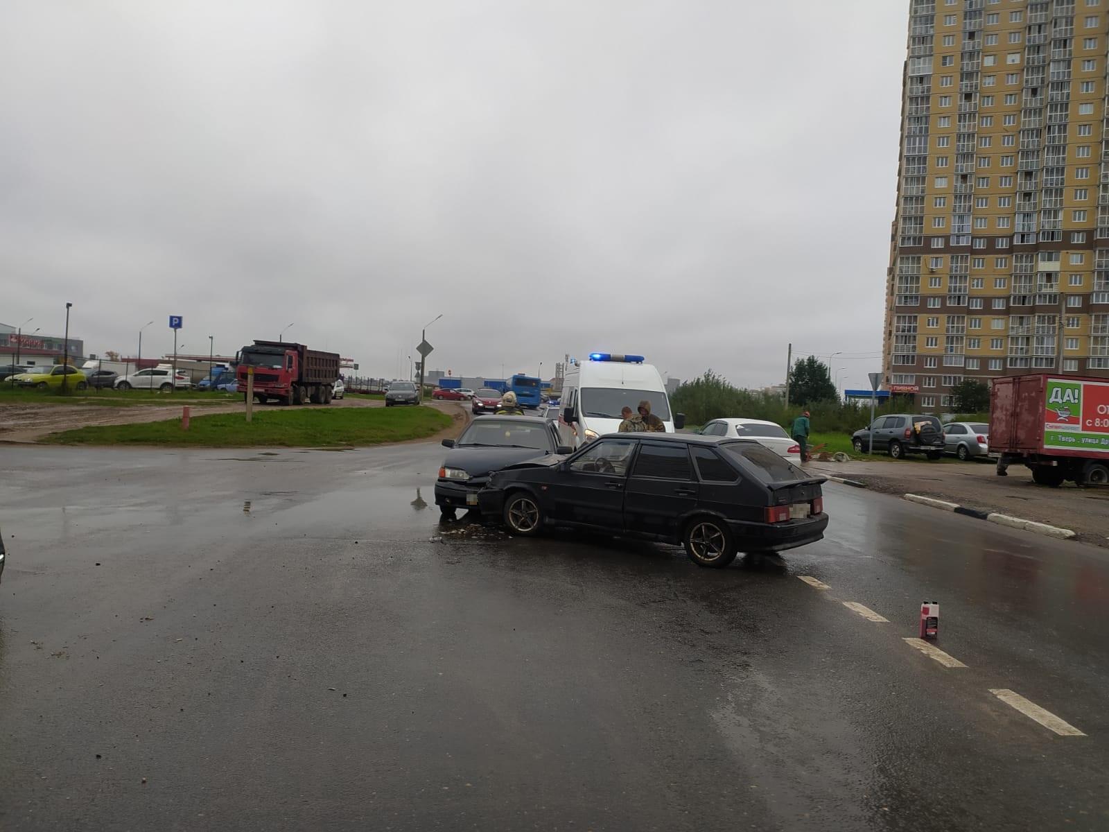 Мужчина серьёзно пострадал в столкновении двух ВАЗов в Твери