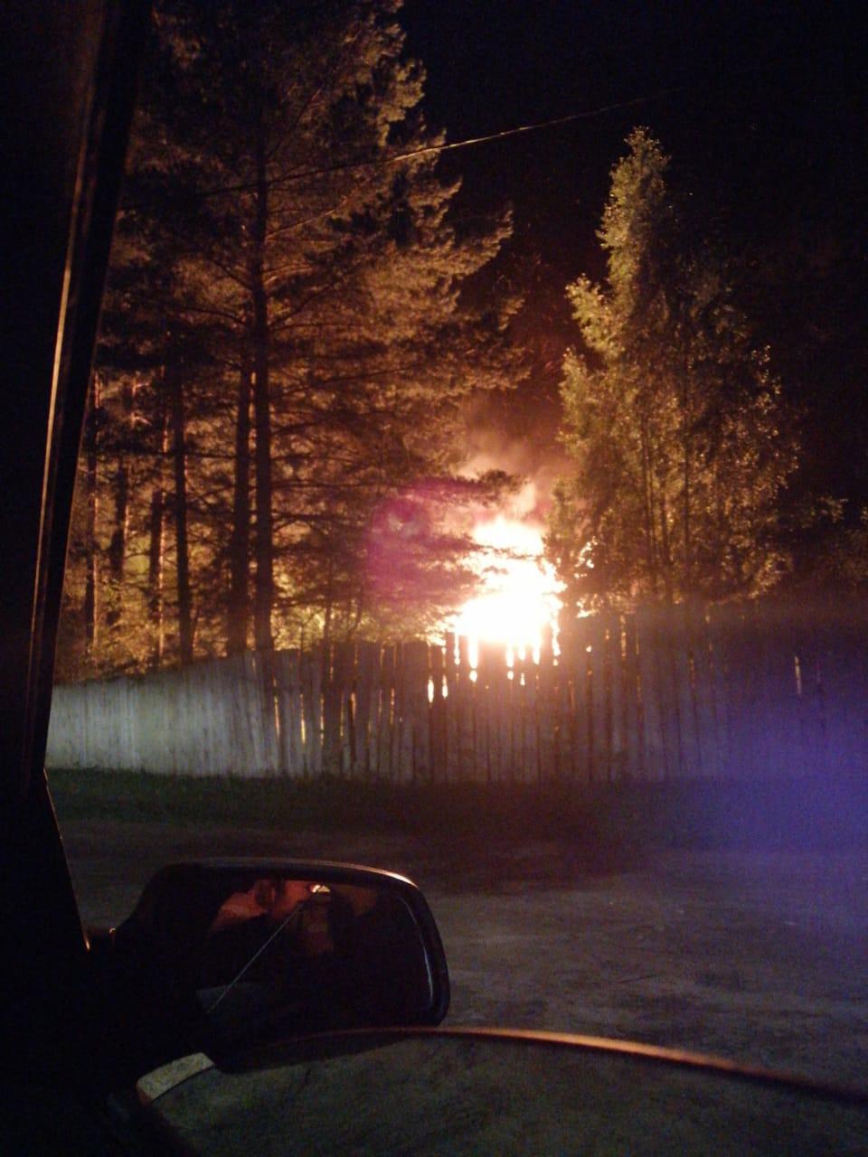 Под Тверью пожарные тушат баню