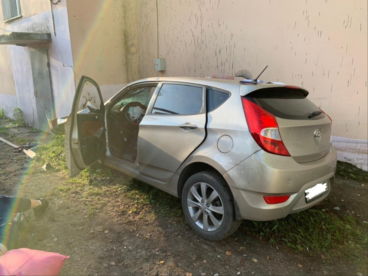 Четыре человека пострадали в Тверской области, врезавшись в дом на машине