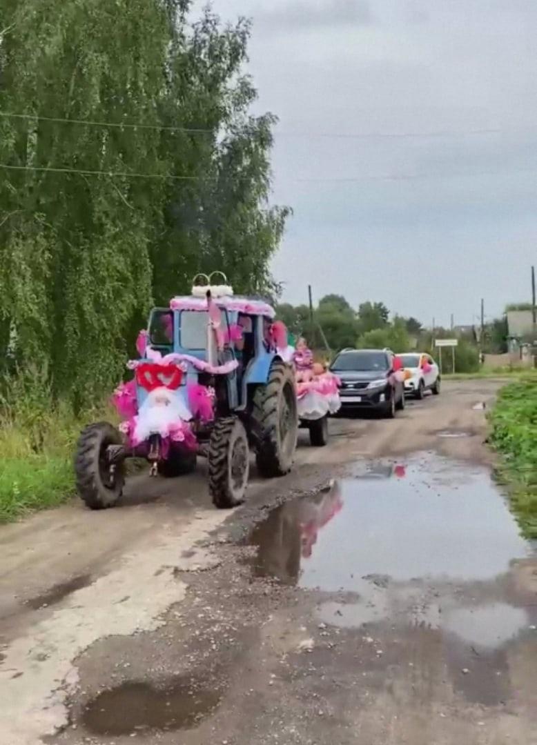 Трактор возглавил свадебный кортеж в Тверской области