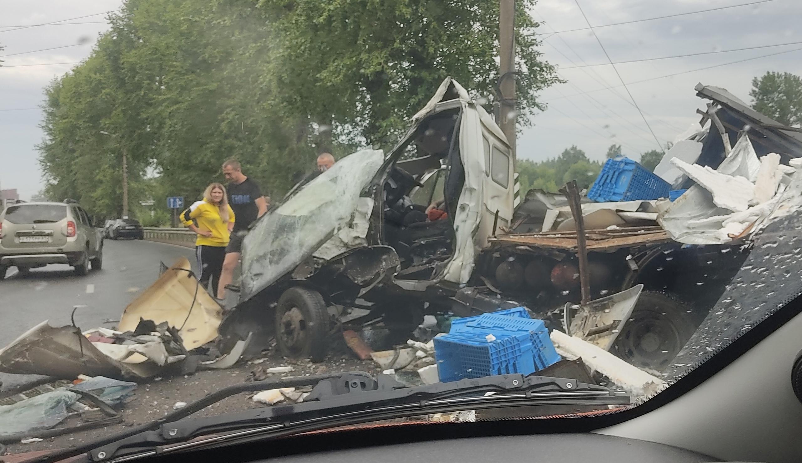 """Три человека пострадали в столкновении большегруза и """"Газели"""" в Твери"""