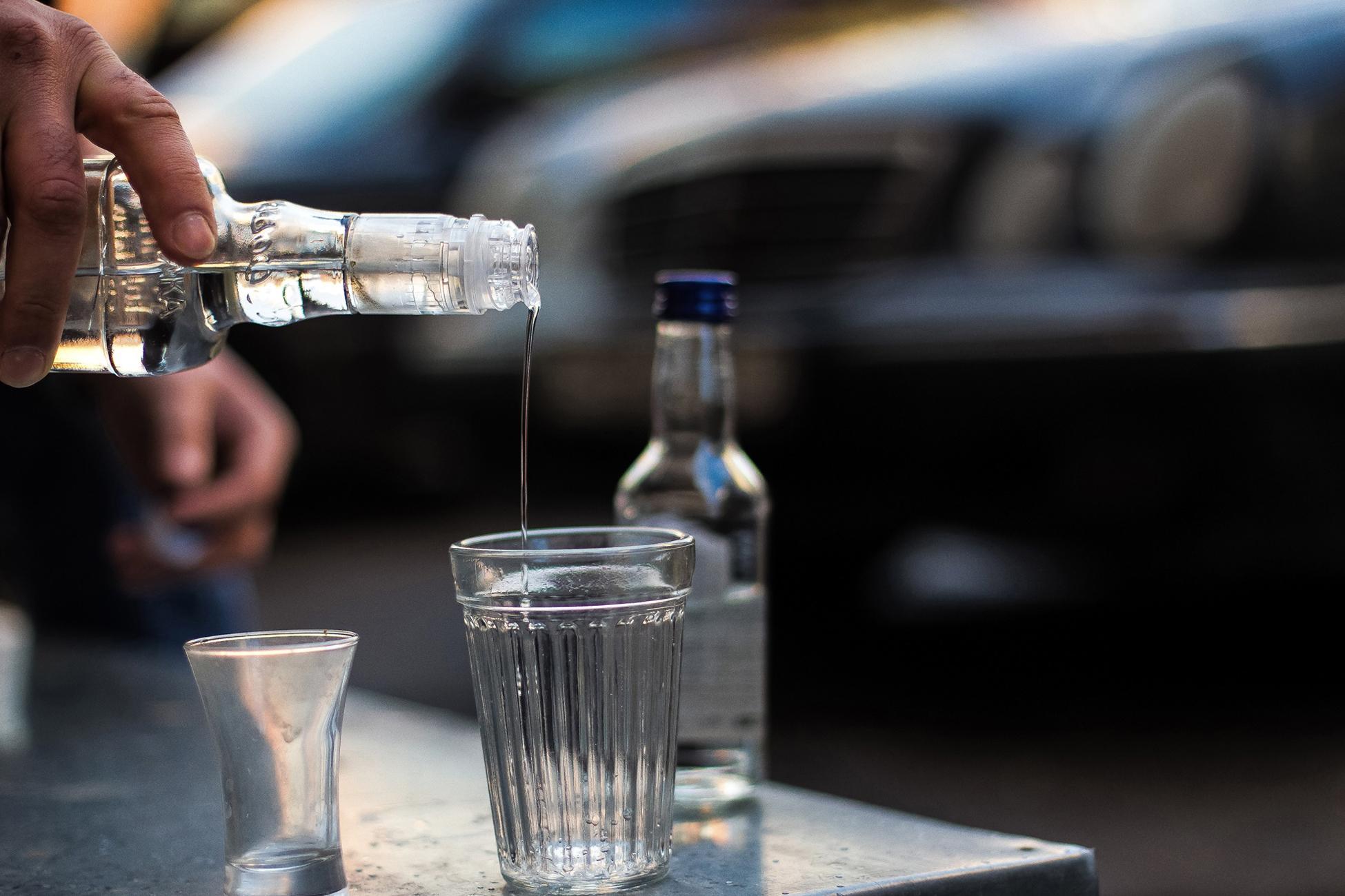 Житель Тверской области выдал себя тем, что угощал всех водкой