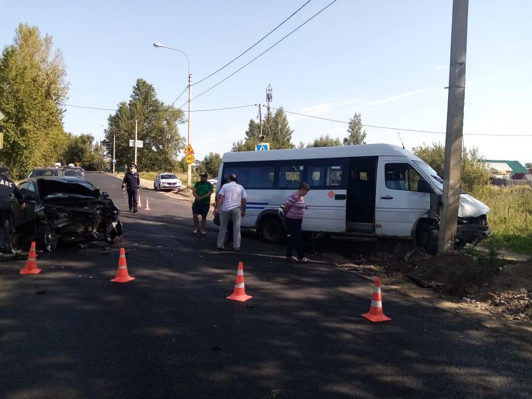 В Твери пьяный водитель иномарки врезался в микроавтобус: пострадали люди