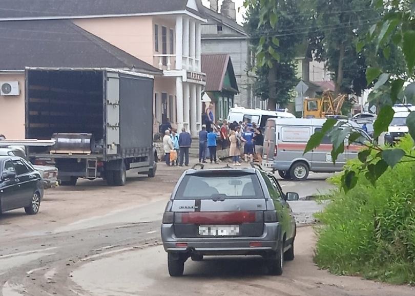 Один человек погиб и один пострадал при обрушении крыльца магазина в Тверской области