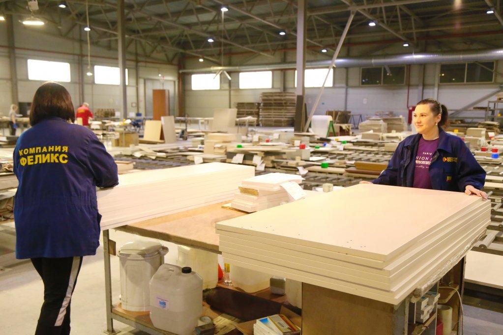 Бизнес помог с мебелью семи сельским школам в Тверской области