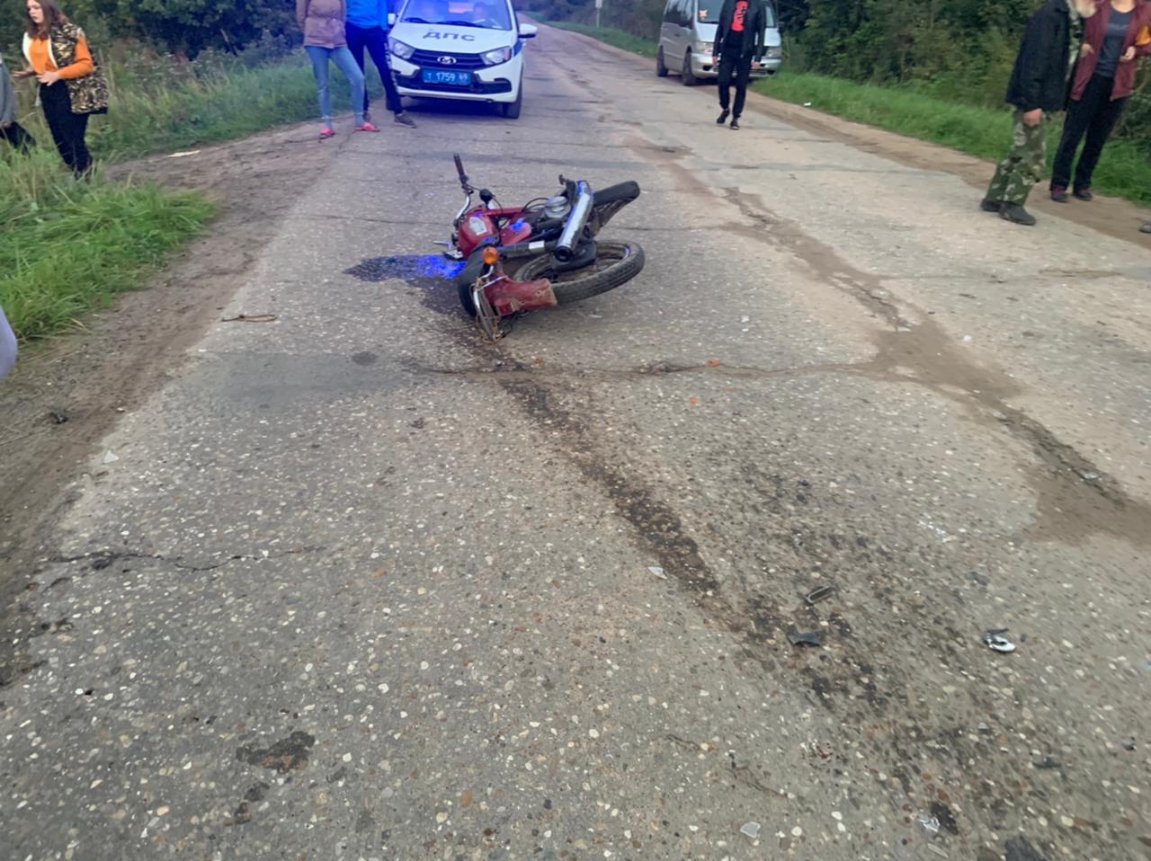 Лихач на иномарке сбил мотоциклиста в Тверской области и скрылся
