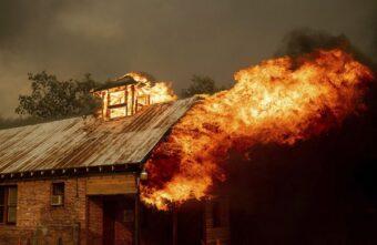 Мужчина и женщина погибли при пожаре в Тверской области: началась проверка
