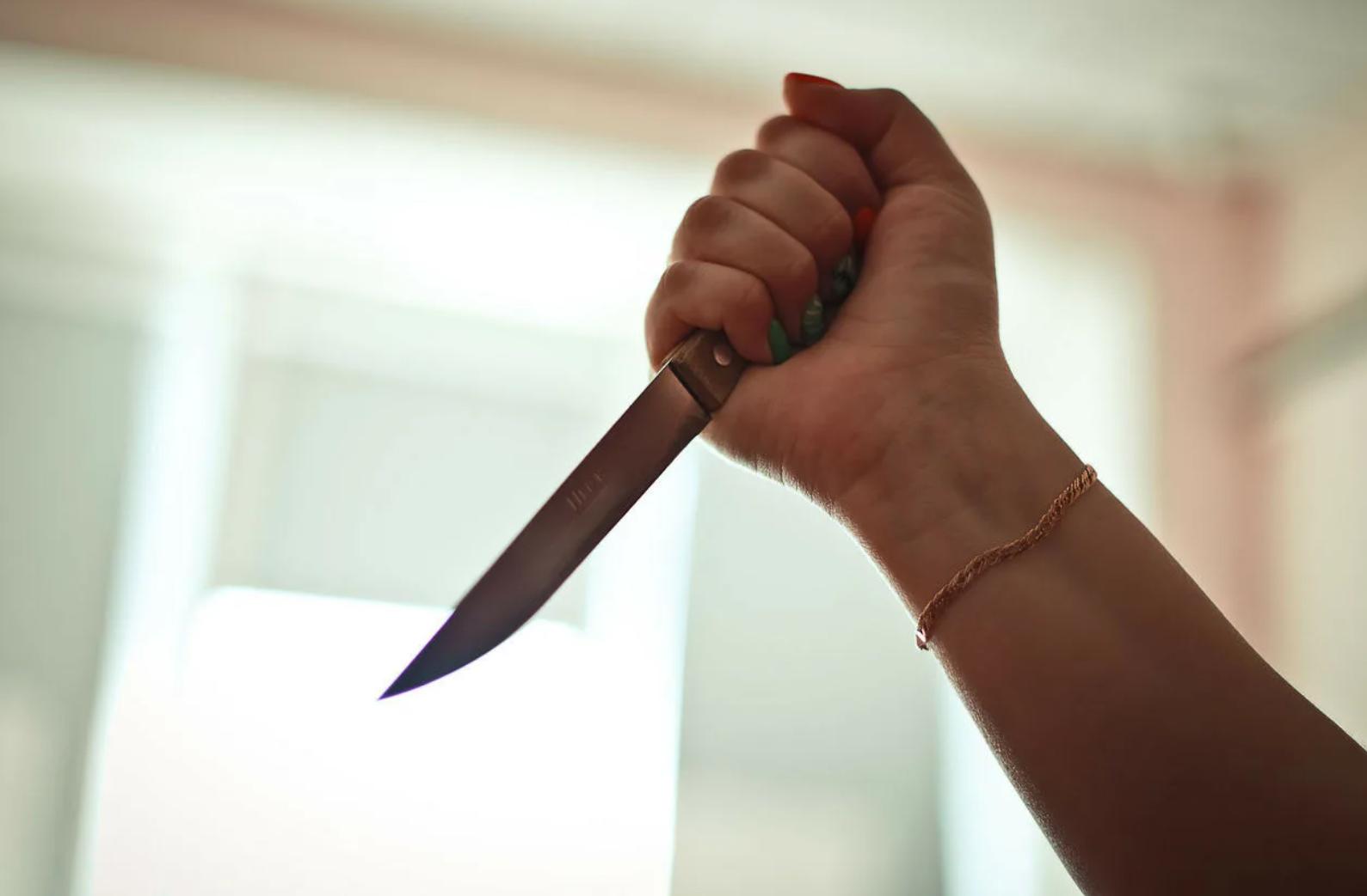 Женщина из Тверской области заколола собутыльника ножом в шею