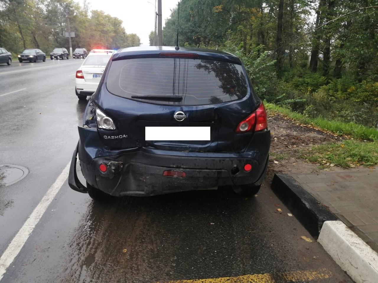 """Женщина пострадала в столкновении """"Ниссана"""" и """"Нивы"""" на светофоре в Твери"""