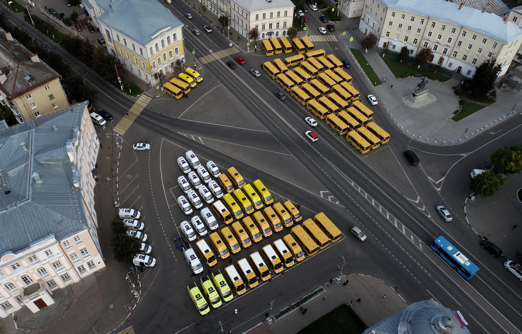 64 школьных автобуса и 22 автомобиля скорой помощи получили районы Тверской области